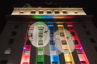 Virada Cultural: Apresentacao do grupo de Danca Vertical Cia Base no predio da Prefeitura de Sao Paulo no Viaduto do Cha