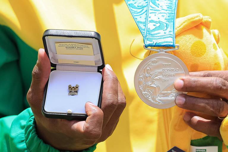 Cláudio exibe a medalha dos Jogos de Sydney