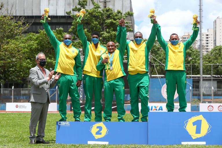 Claudinho com a equipe brasileira que conquistou prata no revezamento 4x100 metros