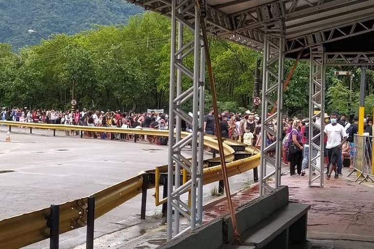 Ilhabela cria barreira sanitária e causa aglomeração de pedestres na travessia de balsa