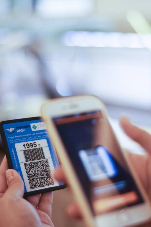 Cliente paga conta via Pix pelo celular na padaria Big Bread