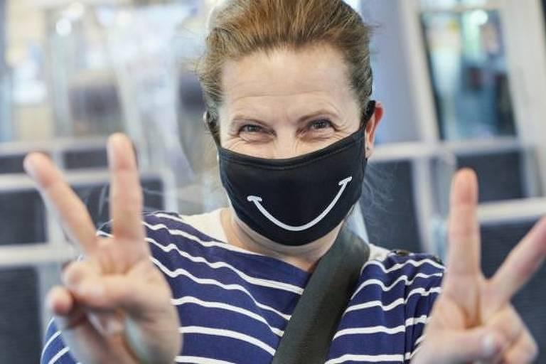 mulher com máscara de sorriso