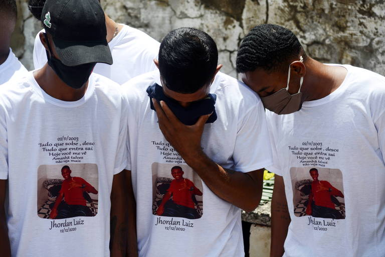 Amigos de Jhordan Natividade no enterro do jovem no Rio de Janeiro