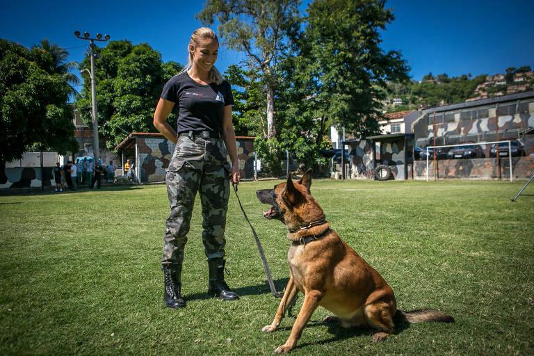 Paolla Oliveira no papel de Jeiza, ao lado do cão policial Iron