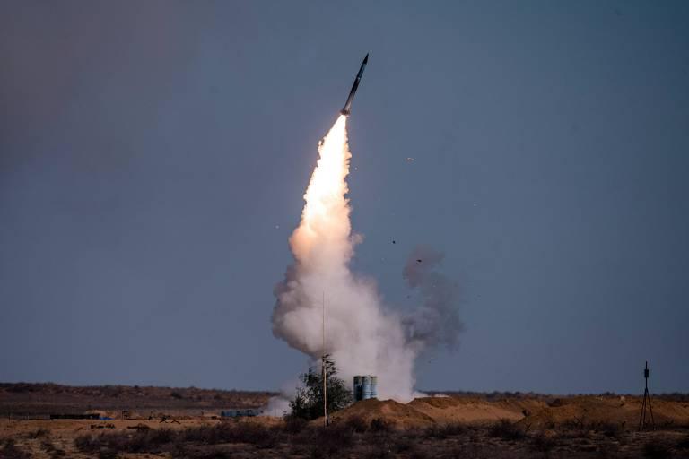 Míssil é lançado de uma bateria S-400 russa, igual à vendida para a Turquia, em exercício militar