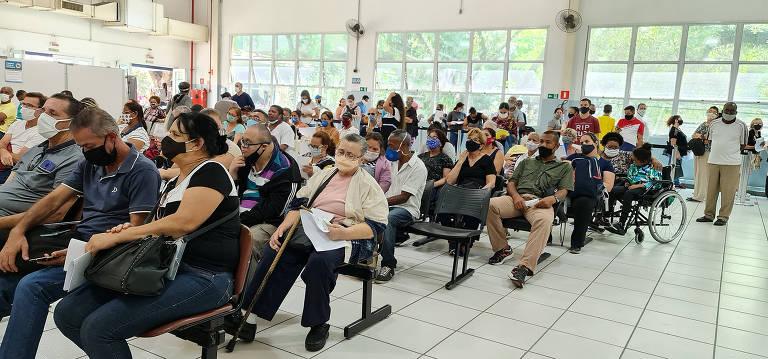 Pessoas se aglomeram em fila para pegar remédio de alto custo no Hospital das Clínicas