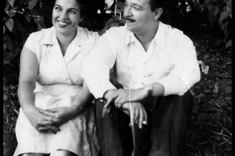 retrato em preto e branco de casal jovem sentado em gramado de parque