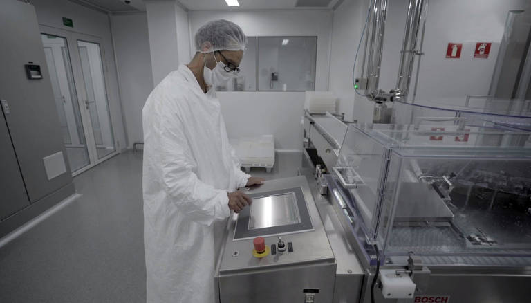 Vacina Coronavac começa a ser produzida no Instituto Butantã
