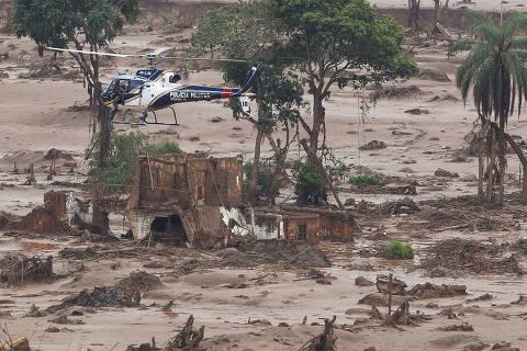 MARIANA, MG, BRASIL. 06.11.2015. Helicoptero de socorro sobrevoa o subdistrito de Bento Goncalves, regiao rural de Mariana, soterrada pela lama apos rompimento da barragem de rejeitos de mina. A busca por terra nao foi efetivada devido a umidade do solo e a possibilidade toxica dos dejetos. (Foto: Moacyr Lopes Junior/Folhapress, COTIDIANO). ***EXCLUSIVO***
