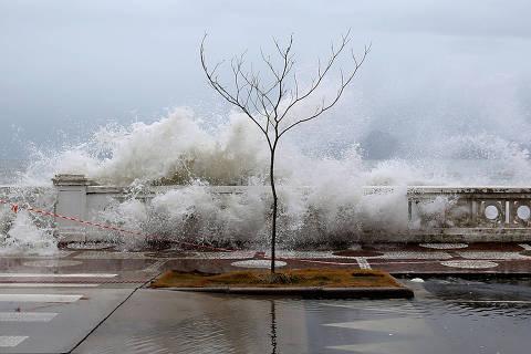 CLIMA/TEMPO - RESSACA EM SANTOS - Uma frente fria e um ciclone extratropical deixaram o mar agitado e com ressaca intensa na Ponta da Praia, em Santos-SP, na tarde desta quarta-feira (8). A previsão Núcleo de Pesquisas idrodinâmicas apontava o pico da maré com ondas ultrapassando os 2,07 metros. 8/4/2020 (Foto: GUILHERME DIONIZIO) ***PARCEIRO FOLHAPRESS - FOTO COM CUSTO EXTRA E CRÉDITOS OBRIGATÓRIOS***