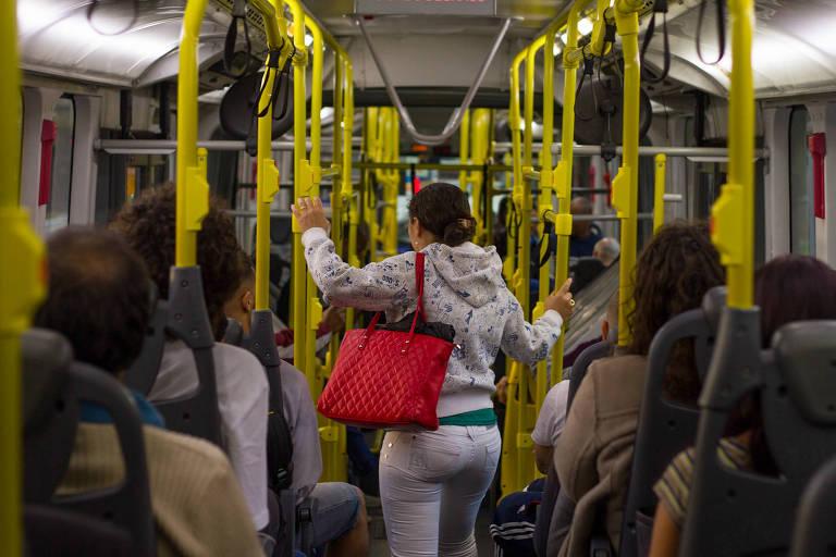 Interior de ônibus lotado em SP