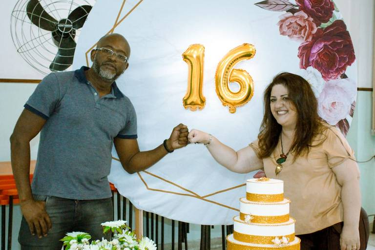 Homem comemora aniversário com mulher