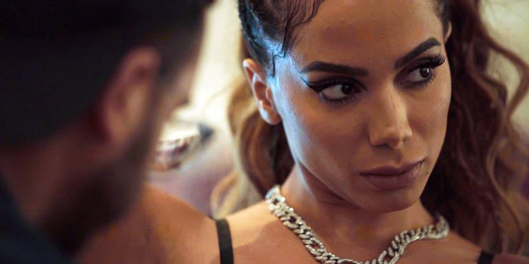 Cenas da série Anitta: Made In Honório da Netflix