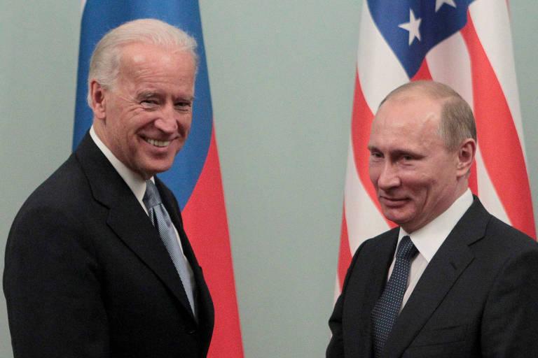 Putin, à dir., cumprimenta Biden durante a visita do então vice-presidente ao então premiê, em 2011