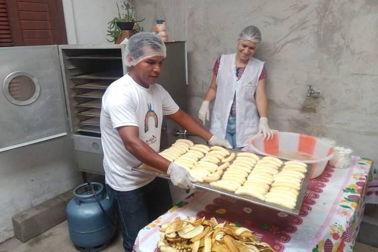 Indígenas de Mongaguá (SP) aprendem a produzir banana com agricultora familiar