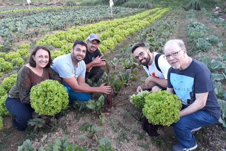 Agricultor de produtos orgânicos recebe visita de representantes do grupo Livres, de consumo consciente