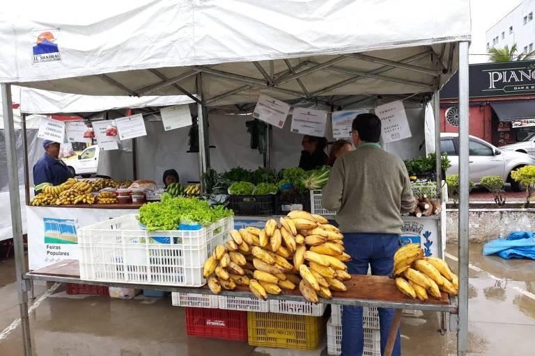 Feira popular em Itanhaém (SP), que comercializa produtos da economia solidária