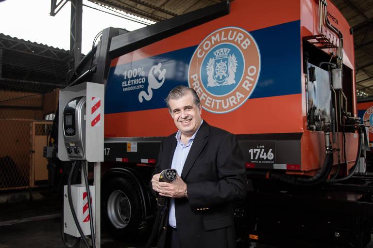 Carlos Augusto Serra Roma, diretor da TB Green, junto a carregador da empresa para caminhões elétricos no Rio de Janeiro