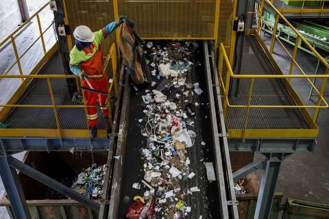 SAO PAULO - SP - BRASIL, 08-04-2019, 15h00: CENTRAL DE TRIAGEM DE LIXO. Funcionários manuseiam e separam o lixo reciclado que chega a Central de Triagem Carolina Maria de Jesus, no bairro de Interlagos, zona sul da cidade.(Foto: Adriano Vizoni/Folhapress, COTIDIANO) ***EXCLUSIVO FSP*** ORG XMIT: AGEN1904092021782390