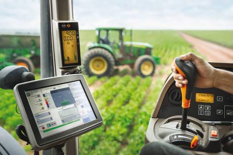 The GPS data are transmitted to the systems in the tractors that work the fields.-------------------------Die GPS-Daten werden in die Systeme auf die Traktoren übertragen, mit denen die Felder bearbeitet werden.