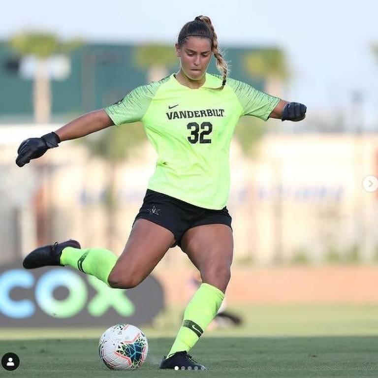 Sarah em ação como goleira do time de futebol da Universidade Vanderbilt, em Nashville (EUA). Foram seus tiros de meta que chamaram a atenção dos técnicos de futebol americano para ser kicker