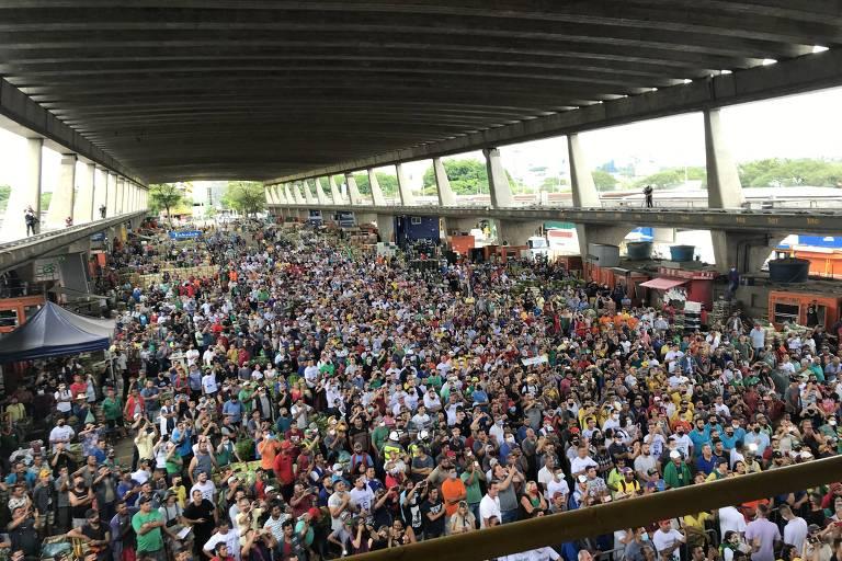 Multidão aglomerada em espaço fechado