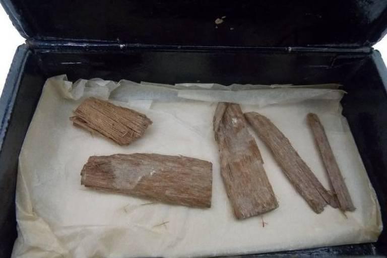 Os objetos de madeira foram originalmente encontrados em 1872
