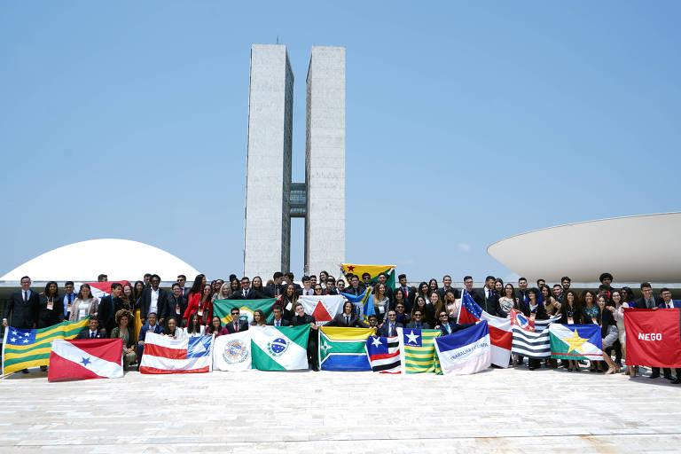 Com bandeiras, estudantes fazem foto diante do Congresso nacional