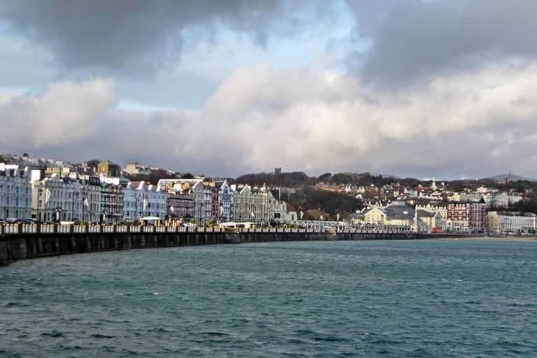 Vista da cidade de Douglas, capital da Ilha de Man, no Mar da Irlanda