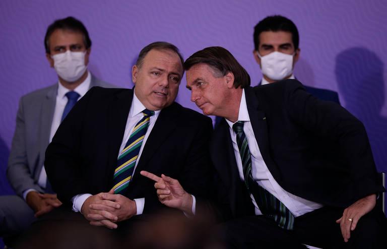 Pazuello e Bolsonaro conversam sem máscara no evento que lançou plano de vacinação do governo