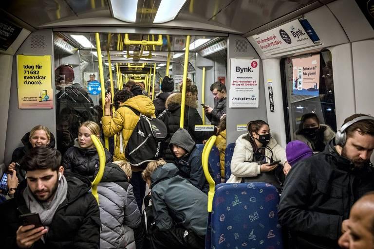 Pessoas sem máscara em vagão de metrô cheio em Estocolmo, na Suécia