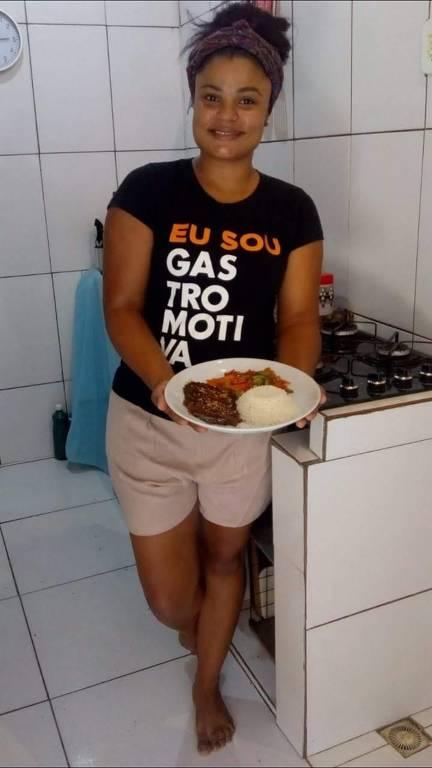 """""""Cozinhei durante quatro meses para meus vizinhos"""", diz moradora da Pavuna"""
