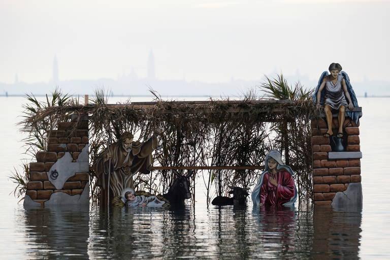 Um presépio projetado pelo verdureiro local Francesco Orazio é visto sobre a superfície da água da lagoa de Veneza na ilha de Burano, antes do Natal, em Veneza, Itália