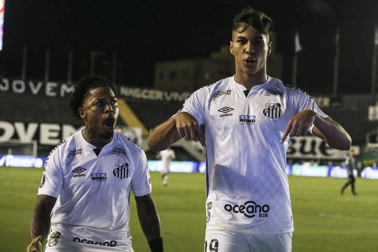 Kaio Jorge (à dir.) comemora com Marinho o seu gol, que abriu o placar para o Santos apenas aos 11 segundos de jogo