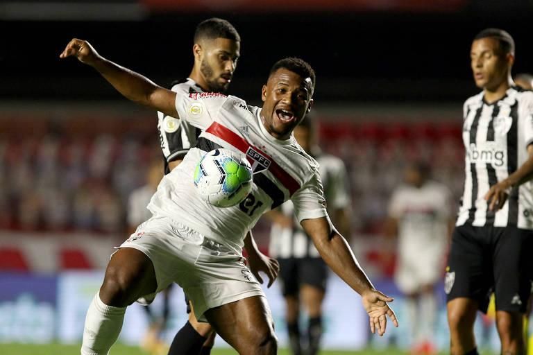 Luan disputa a bola na vitória do São Paulo sobre o Atlético-MG
