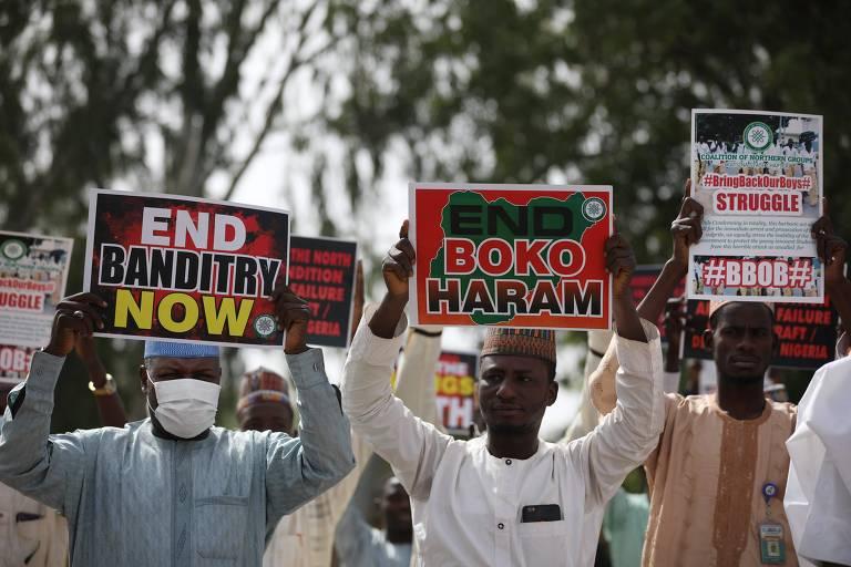 Apoiadores da Coalizão de Grupos do Norte (CNG) manifestam-se para instar as autoridades a resgatar centenas de estudantes sequestrados pelo Boko Haram, no estado de Katsina, Nigéria