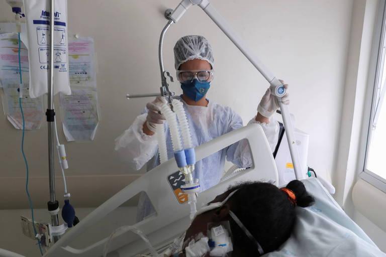 Fisioterapeuta ajusta respirador de paciente de Covid-19 no Hospital São Paulo, na capital paulista