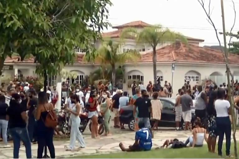 Cerca de 500 pessoas se reuniram em Búzios (RJ) na manhã desta quinta (17) em protesto contra a decisão da Justiça que proibiu entrada de turistas na cidade