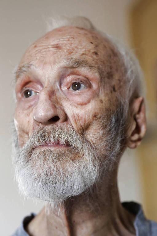 retrato do rosto de senhor idoso com poucos cabelos brancos; ele olha para cima e para o lado, e tem olhos castanhos esverdeados
