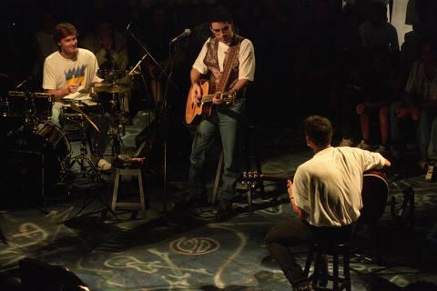 SÃO PAULO, SP, BRASIL, 29-06-1992: Música: a banda Legião Urbana durante apresentação na MTV. Ao centro o cantor e compositor Renato Russo. (Foto: Cesar Itiberê/Folhapress, 0609)