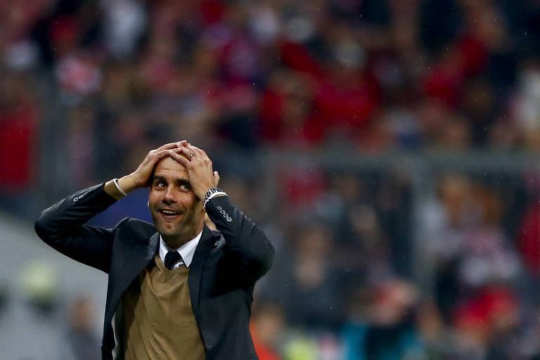 Guardiola leva as mãos à cabeça depois de Lewandowski marcar cinco gols em nove minutos contra o Wolfsburg