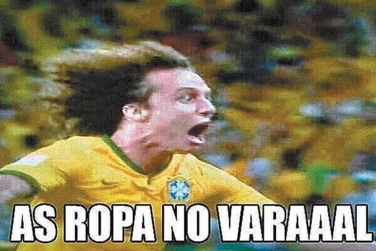 """Foto do jogador David Luiz correndo com a legenda """"As roupas no varal"""""""