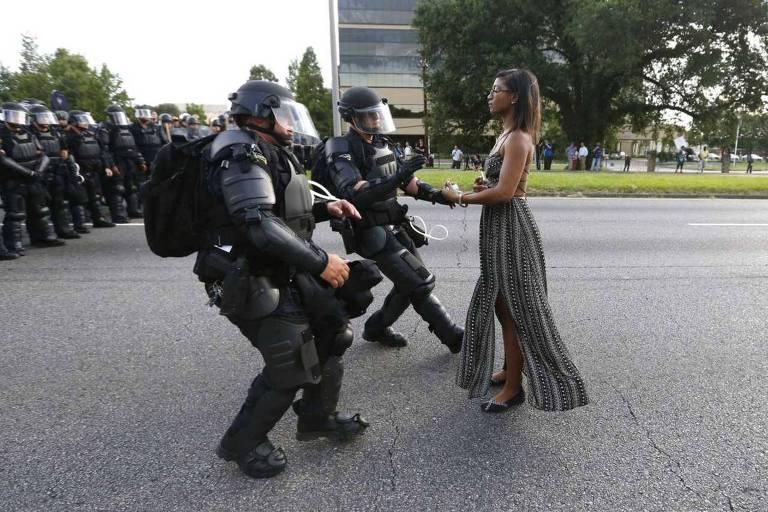 A enfermeira Ieshia Evans encara policiais do Batalhão de Choque em protesto contra violência policial em Baton Rouge, na Louisiana