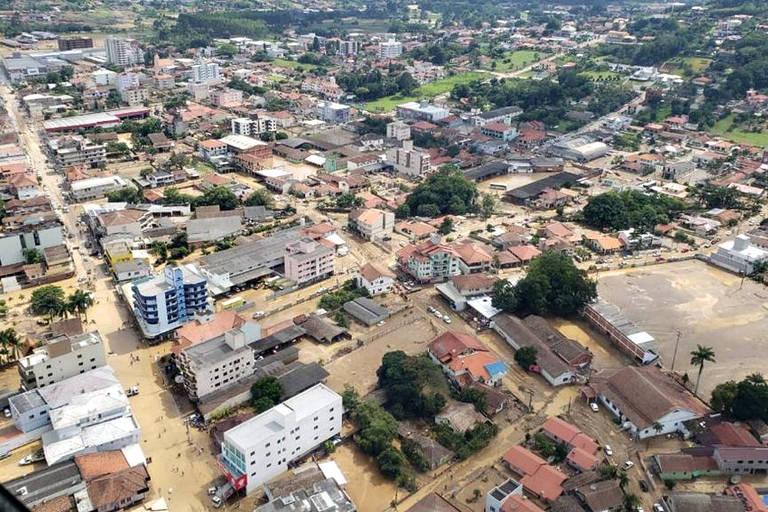 Imagem aérea mostra a cidade de Presidente Getúlio (SC) nesta quinta-feira (17)