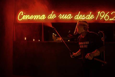 SÃO PAULO / SÃO PAULO / BRASIL - 08/12/20 - :00h - ESPECIAL CULTURA E PANDEMIA Ensaio fotografico sobre cultura e pandemia  O Cinesala contou com seu público fiel via redes sociais para apoio inclusive financeiro na reabertura do  cinema  João da Paixão de Jesus, 47, auxilart de limpeza, limpa o ambiente antes das sessões ( Foto: Karime Xavier / Folhapress) . ***EXCLUSIVO***Sup. Especiais