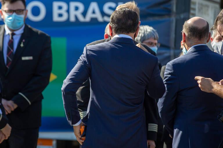 O governador de São Paulo, João Doria, guarda uma caixa da vacina após recepcionar a chegada da 3ª remessa de Coronavac no aeroporto de Guarulhos