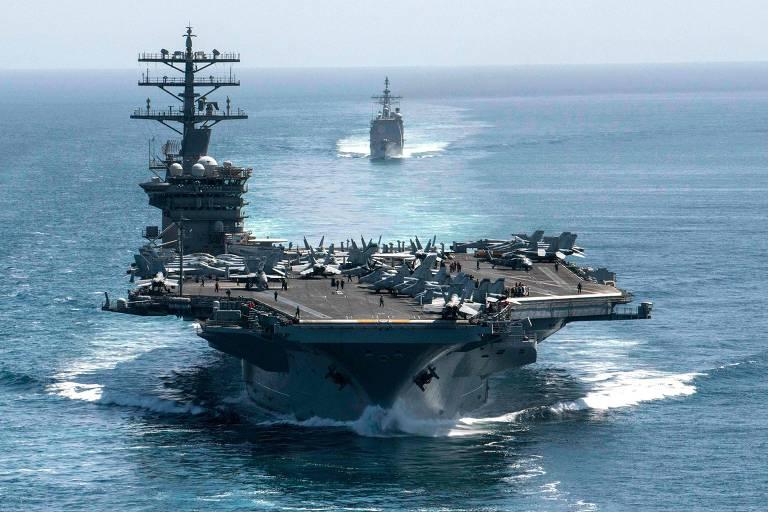 O porta-aviões nuclear americano USS Nimitz sendo escoltado pelo cruzador USS Philippine Sea no Índico