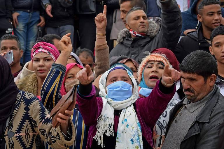 Manifestantes se reúnem em Sidi Bouzid, na Tunísia, para lembrar os dez anos do início da Primavera Árabe