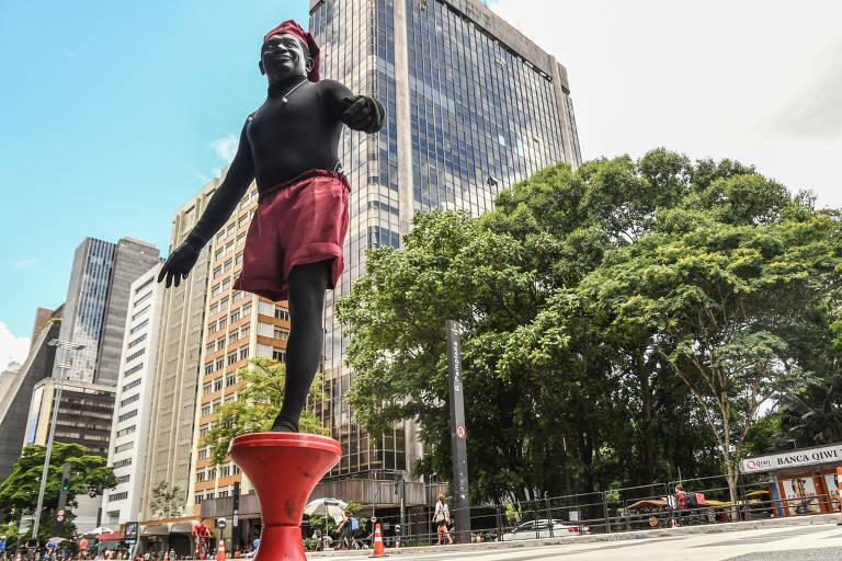 Fotos de artistas de rua na avenida Paulista durante a pandemia