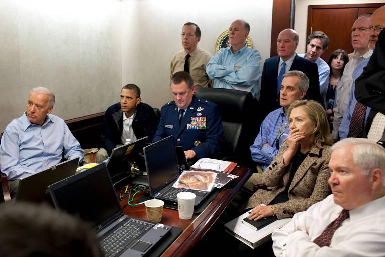 O presidente Barack Obama, seu vice Joe Biden e a secretária de Estado, Hillary Clinton, assistem a operação que resultou na morte de Osama bin Laden junto com outros oficiais do governo em uma sala de operações na Casa Branca